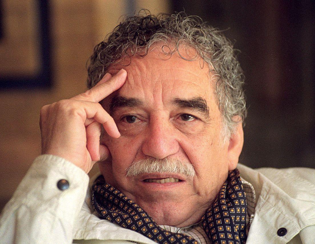 """CUL01. MADRID, 05/03/2012.- Fotografía de archivo (16/04/1994) del nobel colombiano Gabriel García Márquez durante una entrevista con Efe. García Márquez, el mago que hipnotizó al mundo con sus historias desde un pueblecito del Caribe, cumple mañana, martes, 85 años. Y, para celebrarlo, su libro más emblemático, """"Cien años de soledad"""", estará ese mismo día en formato digital, otra fantasía para los de Macondo. EFE/Archivo/Eduardo Abad"""